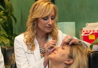 magazynkobiet.pl - botoks zabieg kosmetyczka 330x230 - Zabiegi z botoksu, nie rób tego u kosmetyczki!
