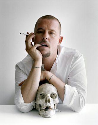 magazynkobiet.pl - czaszka alexander mcqueen thegenealoghyofstyle 330x419 - Motyw czaszki w modzie