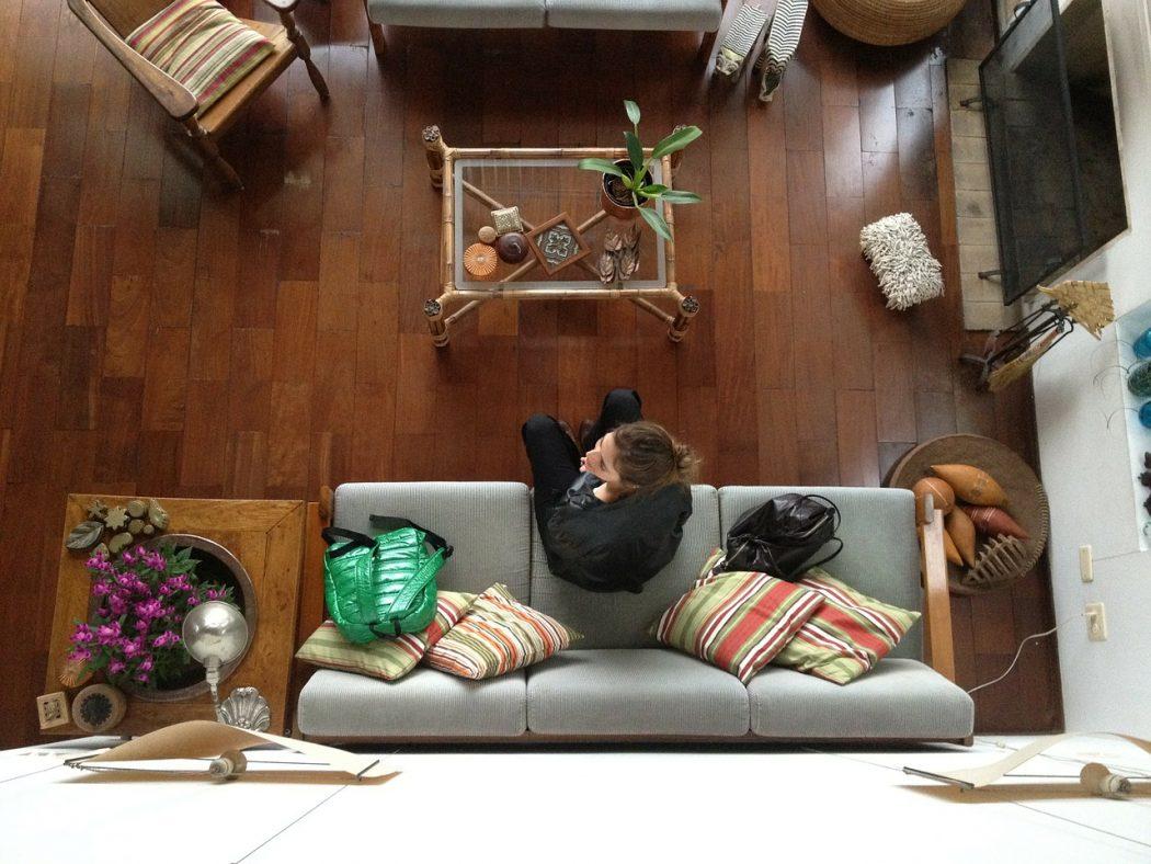 magazynkobiet.pl - girl 342839 1280 1050x788 - Podłoga drewniana – lakierowana czy olejowana?