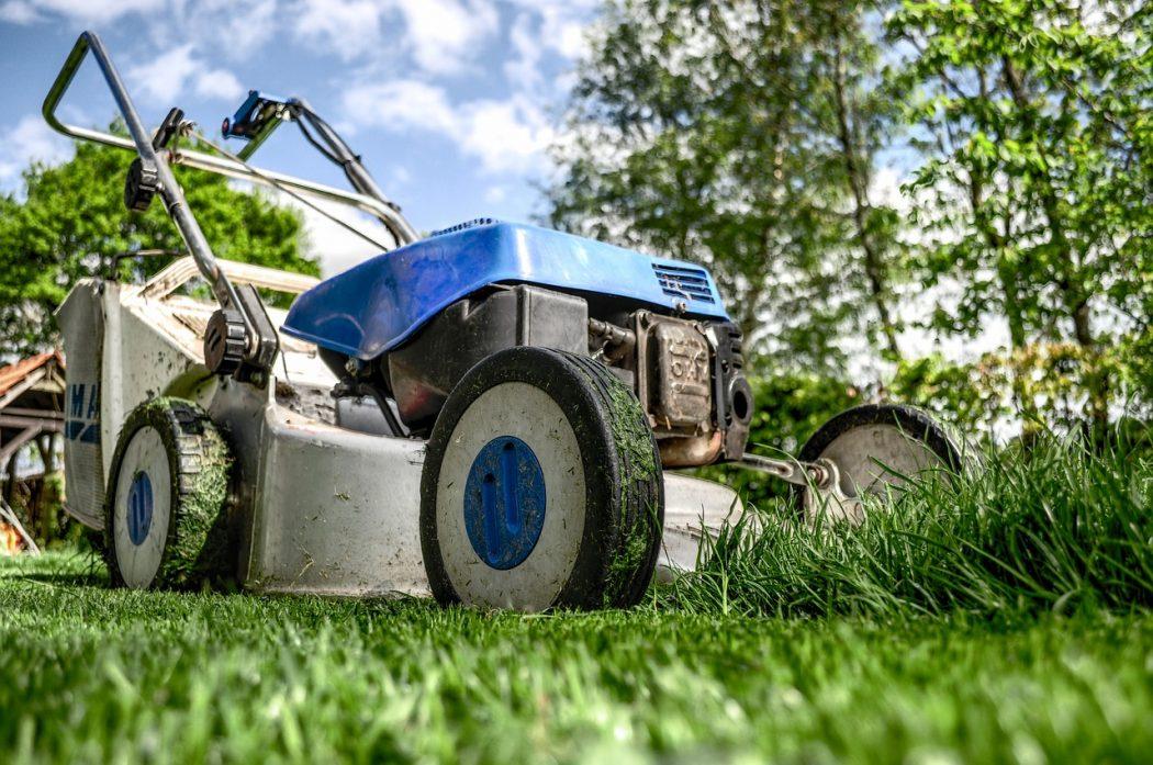 magazynkobiet.pl - koszenie trawy 1050x697 - Czy kosiarka spalinowa może być stylowa?