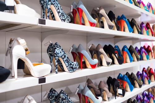 magazynkobiet.pl - shutterstock 156198461 - Must have na jesień: czarne buty na obcasie
