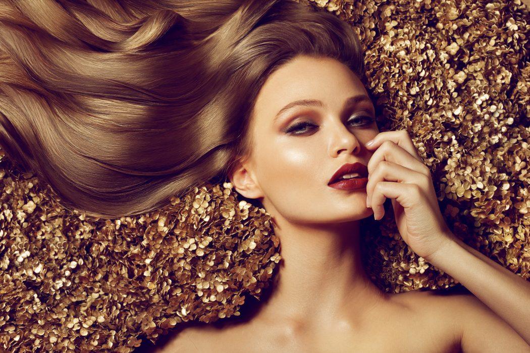 magazynkobiet.pl - Fotolia 60566531 Subscription Monthly XXL 1050x700 - Płynne złoto – wakacyjny look jesienią