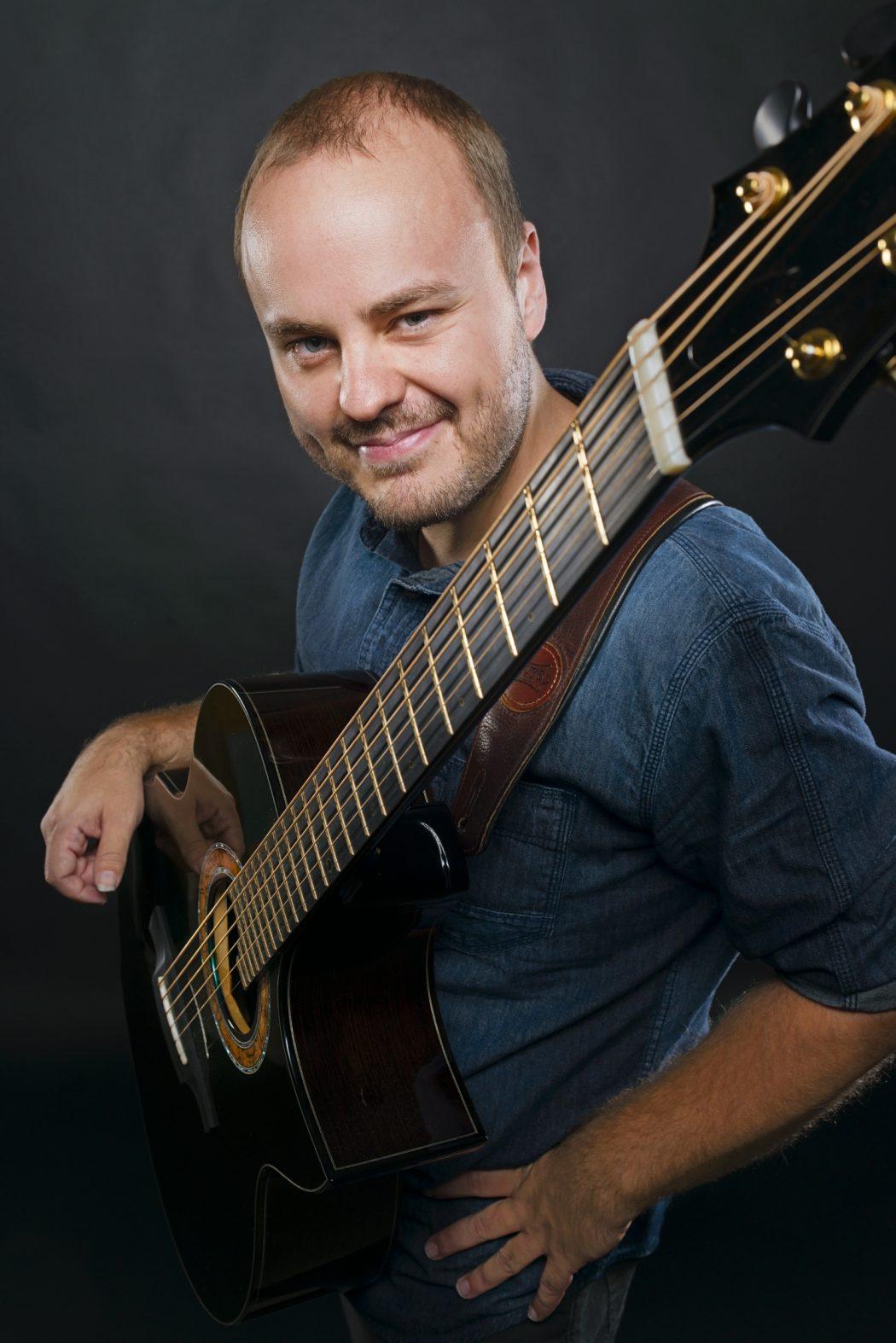 magazynkobiet.pl - AndyMcKee 1050x1574 - Andy McKee: gitarzysta, który zachwyca internautów wystąpi w Sopocie