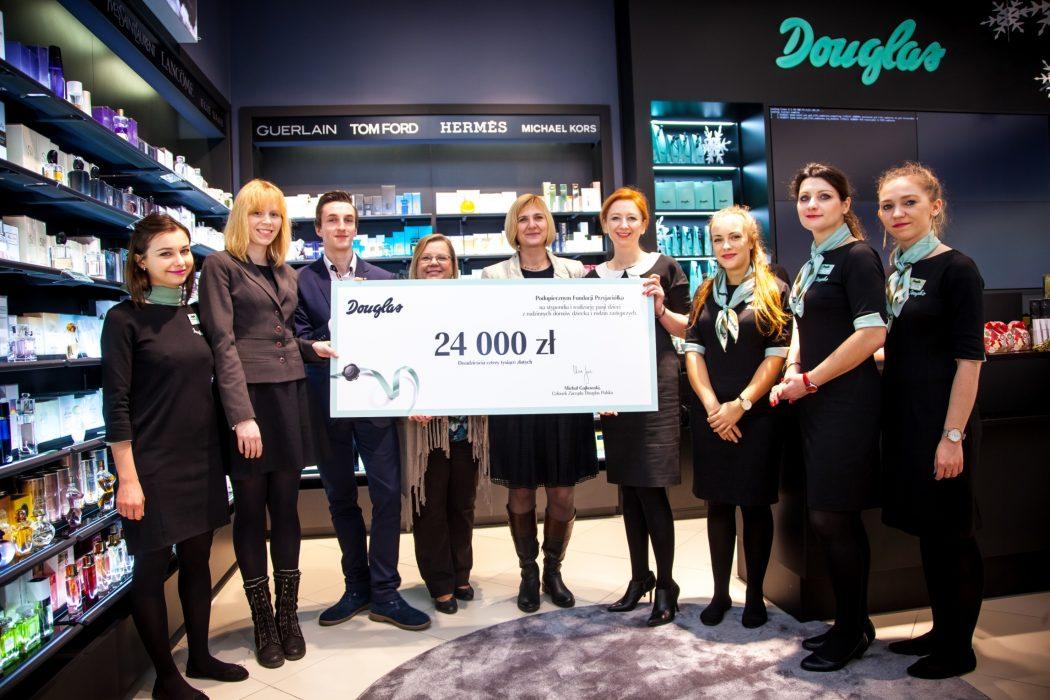 magazynkobiet.pl - Wręczenie czeku Fundacji Przyjaciółka 1050x700 - Douglas funduje stypendia dla uzdolnionej młodzieży