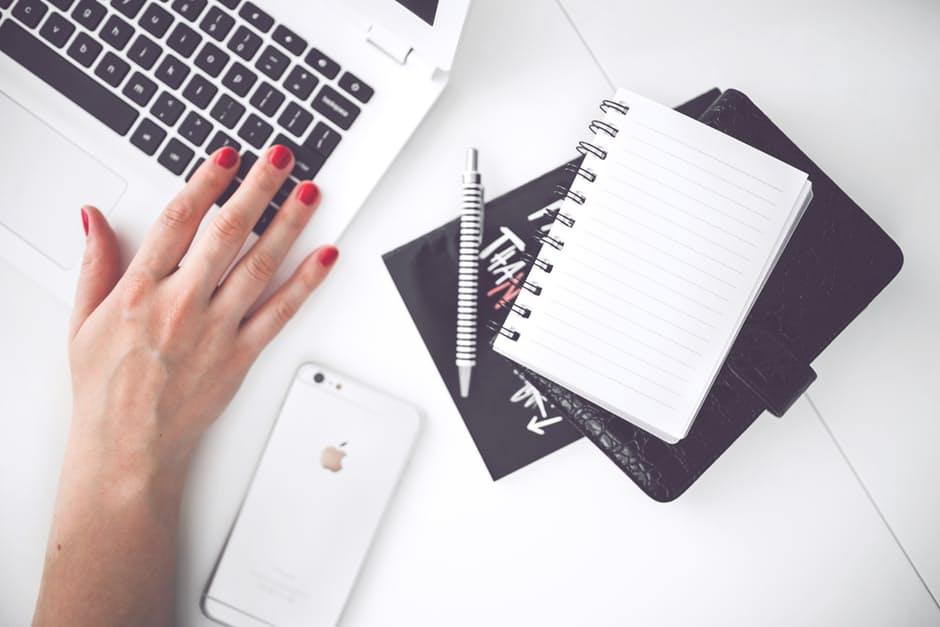 magazynkobiet.pl - woman hand smartphone desk - Jak przygotować się do zabiegu modelowania twarzy – praktyczne rady