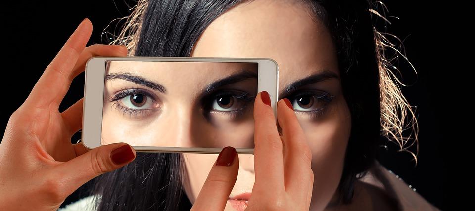 """magazynkobiet.pl - smartphone 1445448 960 720 - Pięć sposobów na cienie, kurze łapki, """"worki pod oczami"""""""