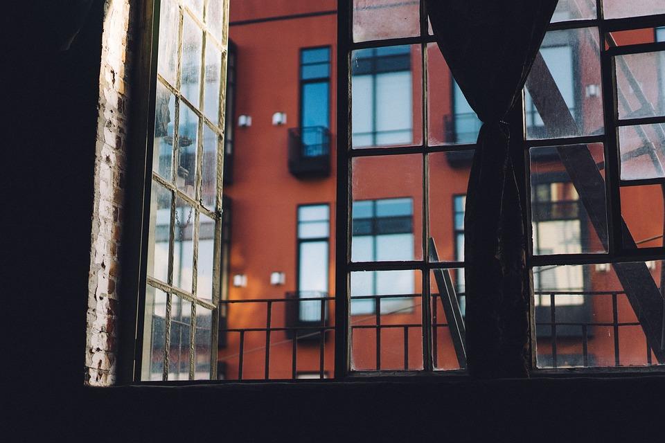 magazynkobiet.pl - open window 1246191 960 720 - Jak inwestują znani i lubiani?