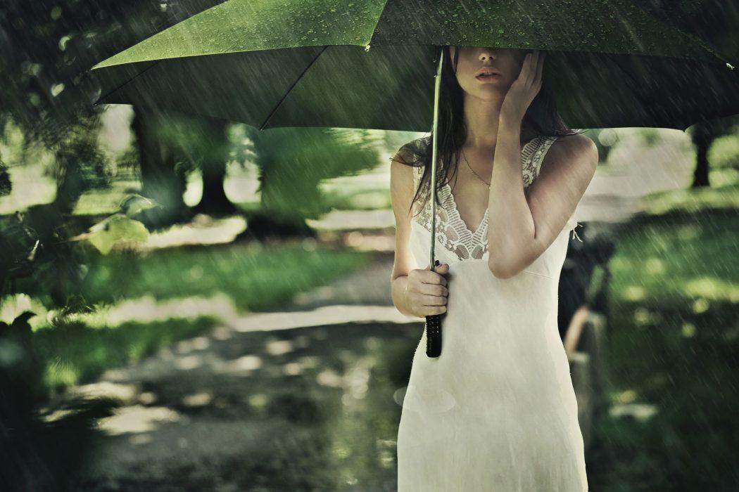 magazynkobiet.pl - Fot 1 Modnie w deszczu 1050x700 - Skandynawska recepta na deszcz - Nie ma złej pogody, są tylko źle dobrane ubrania