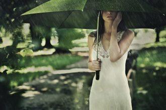 magazynkobiet.pl - Fot 1 Modnie w deszczu 330x220 - Skandynawska recepta na deszcz - Nie ma złej pogody, są tylko źle dobrane ubrania