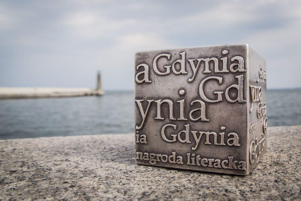 magazynkobiet.pl - Kostka Literacka 1050x700 - Dni Nagrody Literackiej GDYNIA 2017