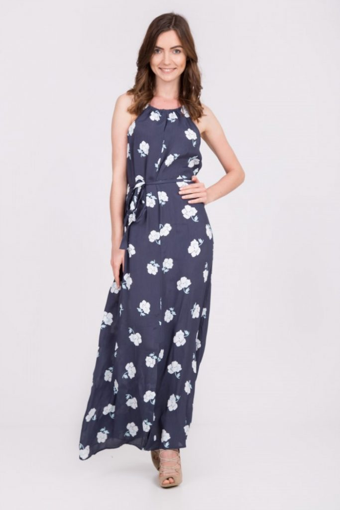 magazynkobiet.pl - granatowa sukienka maxi wiazana w pasie quiosque 78c 683x1024 - Zwiewne sukienki na lato - dla dojrzałych pań