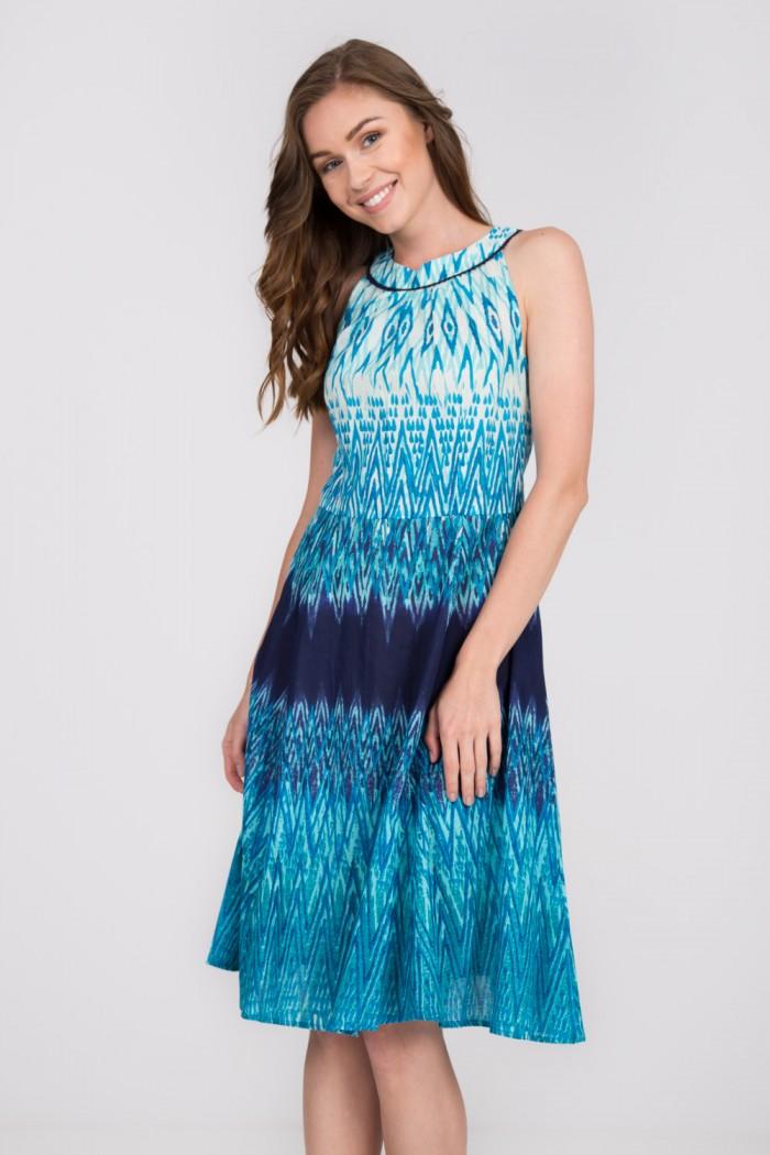 magazynkobiet.pl - niebieska rozkloszowana sukienka quiosque fa8 - Zwiewne sukienki na lato - dla dojrzałych pań