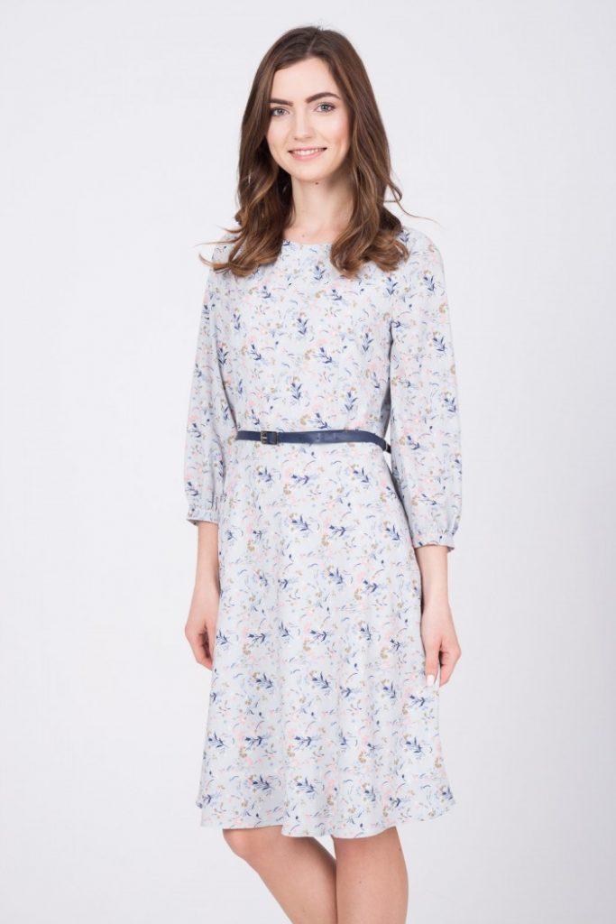 magazynkobiet.pl - zwiewna szara sukienka w kwiaty quiosque 4e6 683x1024 - Zwiewne sukienki na lato - dla dojrzałych pań