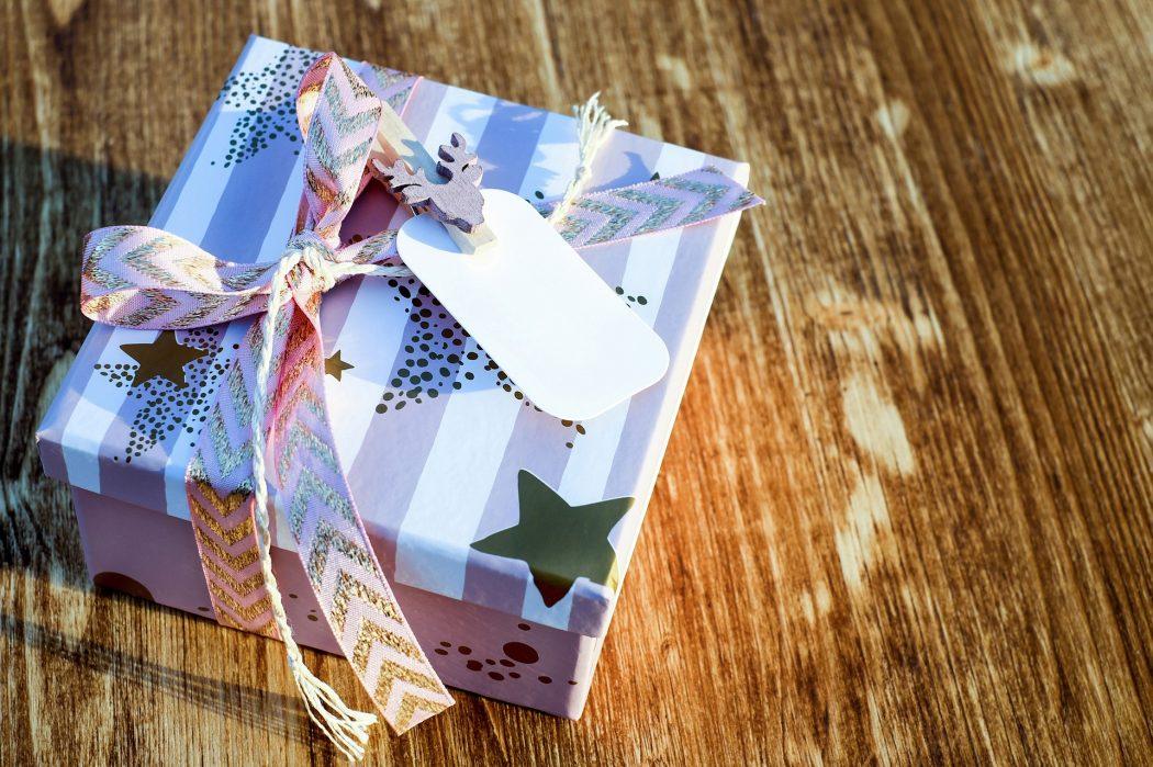 magazynkobiet.pl - christmas gift 2979922 1920 1050x699 - Prezent na mikołajki
