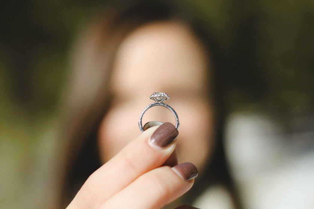magazynkobiet.pl - photo 1483752427604 24b5678c470e 1050x700 - Złota czy srebrna biżuteria - którą wybrać?