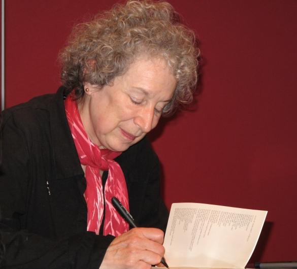 Margaret Atwood podpisuje książki