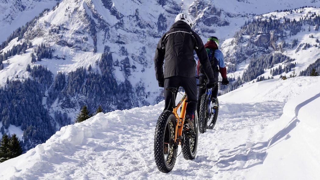 magazynkobiet.pl - snow 3066167 1280 1050x590 - Bezpieczna jazda rowerem zimą – zobacz nasze porady!
