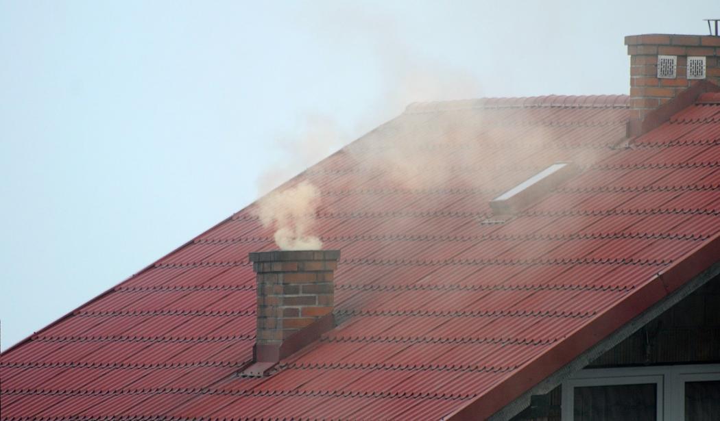 magazynkobiet.pl - dym z komina 1050x615 - Jak zabezpieczać się przed smogiem?