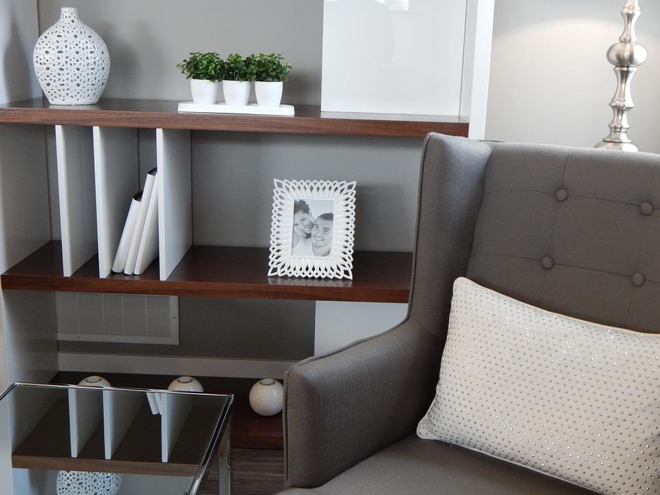 magazynkobiet.pl - shelves 890573 960 720 - Tanie dekoracje, które odmienią Twoje mieszkanie