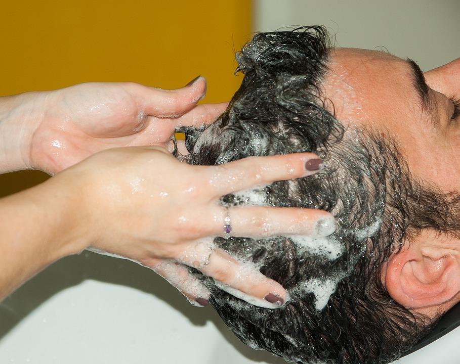 magazynkobiet.pl - hairdresser 1179461 960 720 - Jak wybrać myjkę fryzjerską?