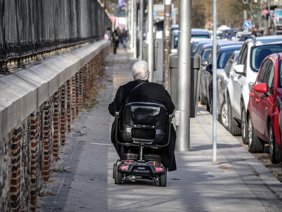 magazynkobiet.pl - leave 1913643 960 720 - Opiekun osoby starszej - jakie cechy i kwalifikacje powinien posiadać?