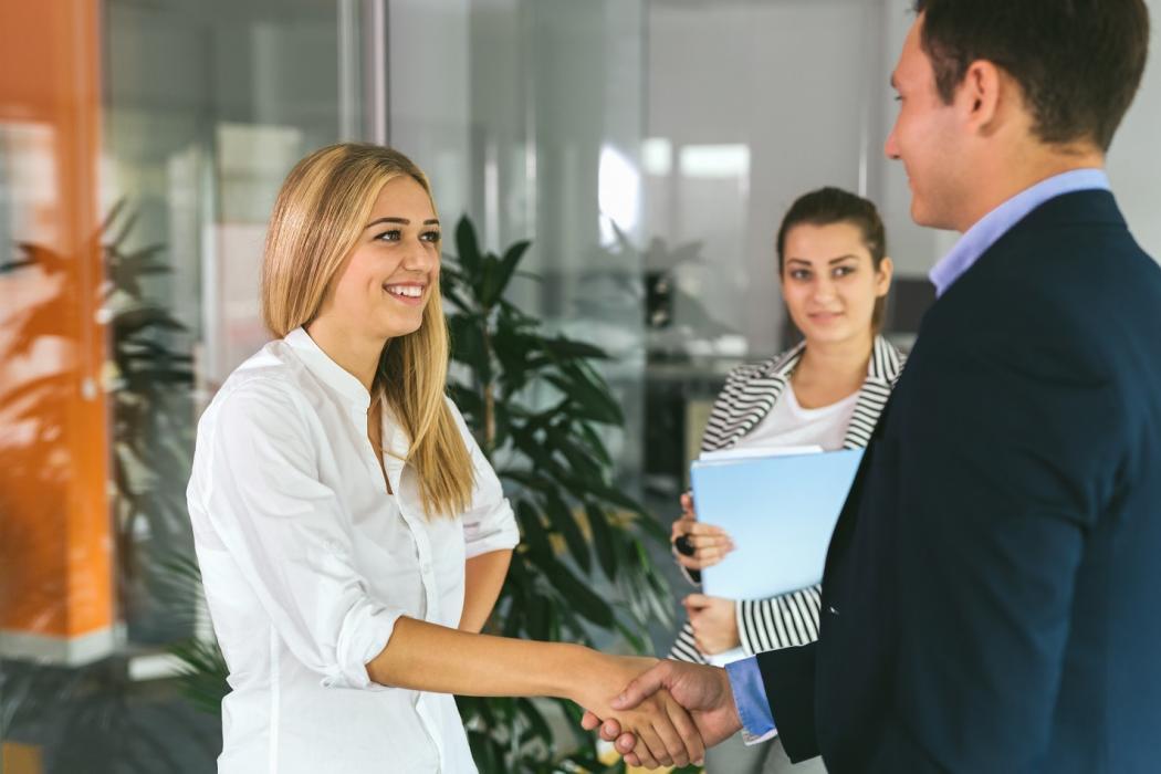 magazynkobiet.pl - adobestock 119329998 1050x700 - Jak ubrać się na rozmowę o pracę latem?