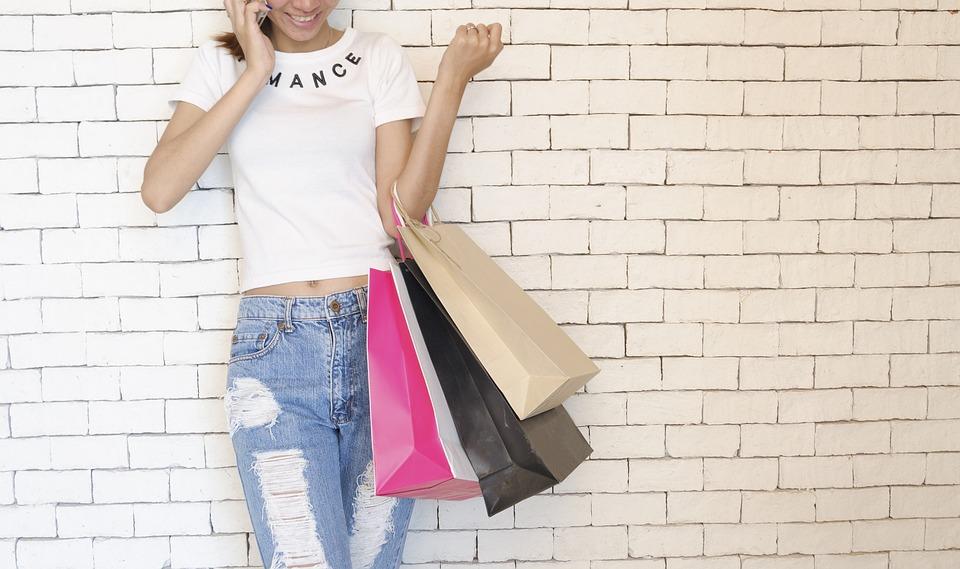 magazynkobiet.pl - people 2581913 960 720 - Zalety toreb papierowych — dlaczego firmy powinny inwestować w papierowe torby?