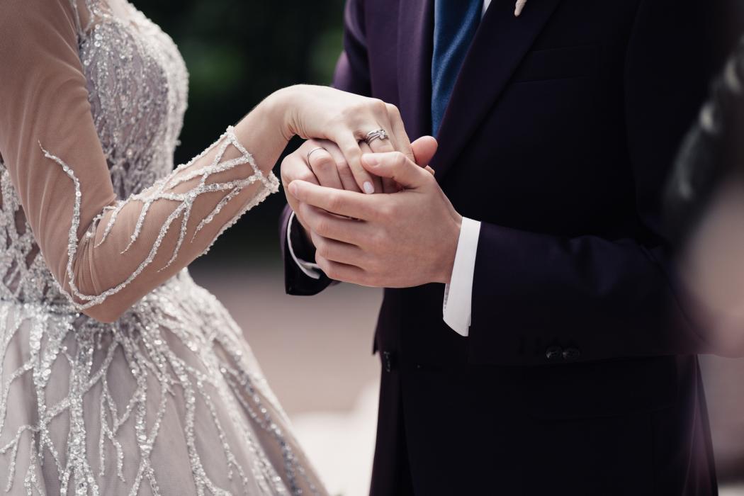 magazynkobiet.pl - 2srebrna suknia 1050x700 - Srebrne i metaliczne odcienie zawładnęły wybiegami