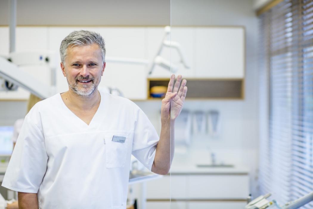 magazynkobiet.pl - Nawrocki Clinic00072 1050x700 - Pojedyncze braki zębowe – czy to tylko problem estetyczny?