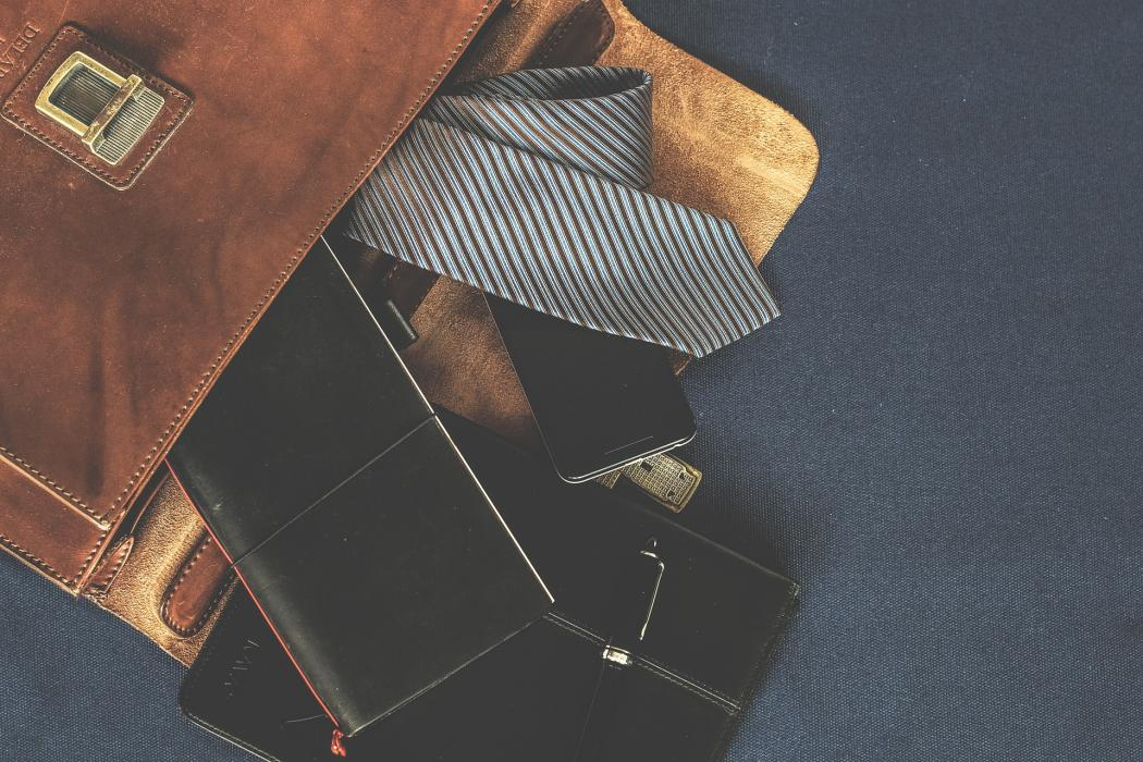 magazynkobiet.pl - 3 3 1050x700 - Uniwersalny prezent świąteczny – galanteria skórzana