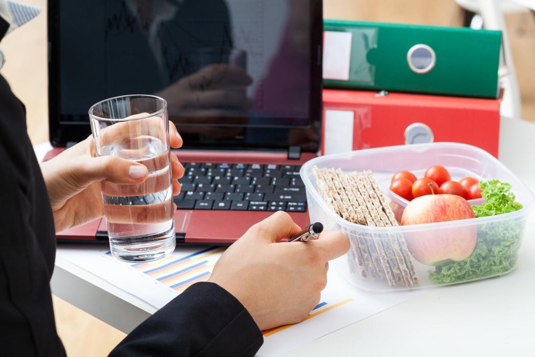 magazynkobiet.pl - Dieta pudełkowa redukcja złych nawyków foto główne 1050x700 - Dieta pudełkowa – redukcja złych nawyków