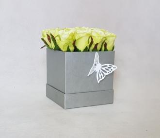 magazynkobiet.pl - kwiaty w pudelku roze 330x284 - Jak wykorzystać kwiaty w pudełku – pomysły i inspiracje?