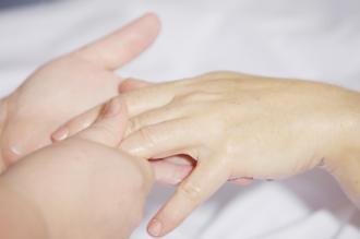 magazynkobiet.pl - hand massage 2133272 960 720 330x219 - Manicure - najpopularniejszy zabieg na dłonie