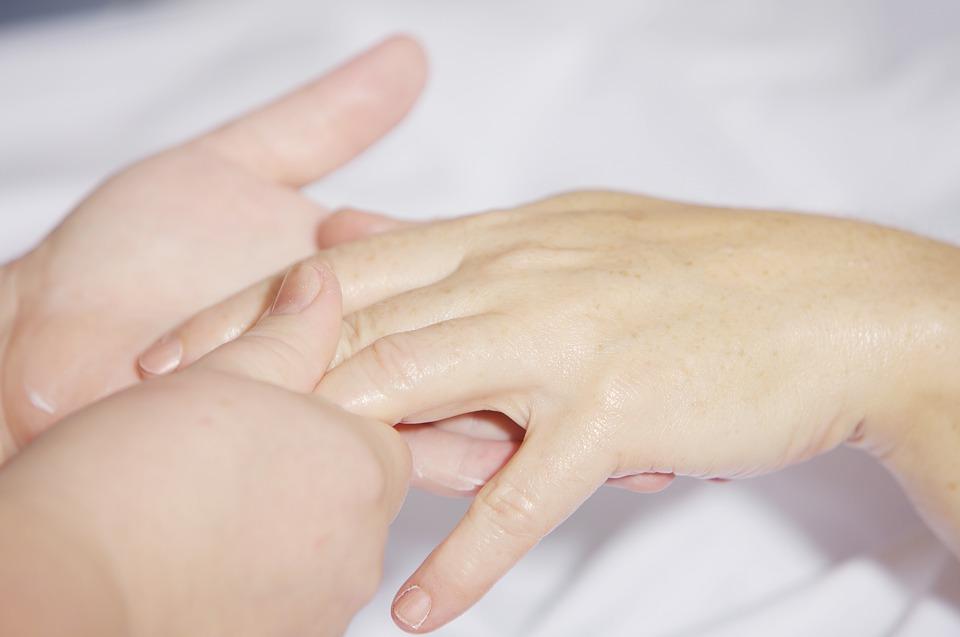 magazynkobiet.pl - hand massage 2133272 960 720 - Manicure - najpopularniejszy zabieg na dłonie