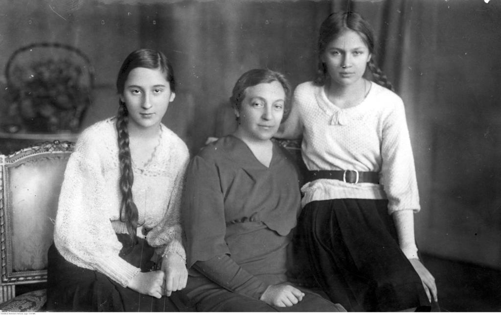 magazynkobiet.pl - fot. NAC Aleksandra Piłsudska w towarzystwie córek Wandy z lewej i Jadwigi podczas pobytu w Krynicy. 1933 r 1024x643 - Pilotka RAF - Jadwiga Piłsudska-Jaraczewska