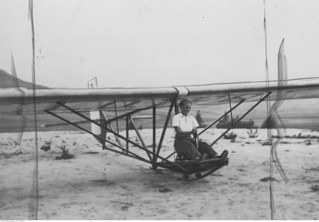 magazynkobiet.pl - fot. NAC Jadwiga Piłsudska podczas ćwiczeń na szybowcu szkolnym Wrona . 1937 r 1024x712 - Pilotka RAF - Jadwiga Piłsudska-Jaraczewska
