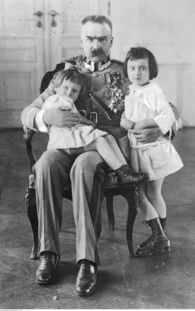 magazynkobiet.pl - fot. NAC Marszałek Polski Józef Piłsudski z córkami Jadwigą siedzi na kolanach Marszałka i Wandą. 642x1024 - Pilotka RAF - Jadwiga Piłsudska-Jaraczewska