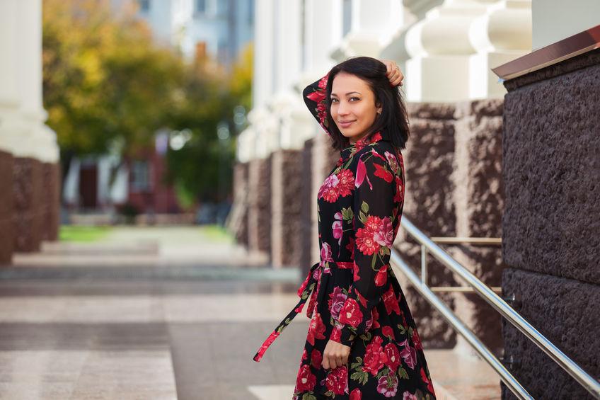 magazynkobiet.pl - fot 1 sukienki - Sukienki w kwiaty — jak nosić wiosną?