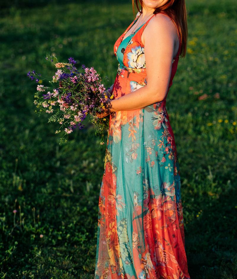 magazynkobiet.pl - fot 2a sukienki 1 - Sukienki w kwiaty — jak nosić wiosną?