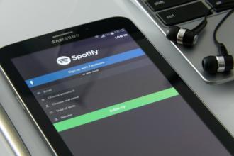 magazynkobiet.pl - music on your smartphone 1796117 960 720 330x220 - Zakup nowego smartfona - poznaj 5 rzeczy, na które warto zwrócić uwagę!
