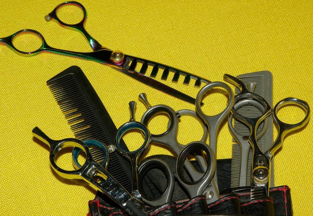 magazynkobiet.pl - hairdresser 1098831 1280 1050x726 - Otwierasz salon fryzjerski? Koniecznie przeczytaj!