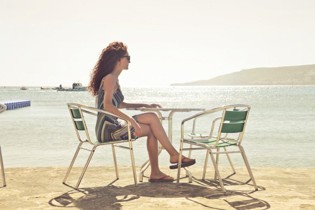 magazynkobiet.pl - beach chairs daylight 722021 1050x700 - Eleganckie klapki damskie na lato – przegląd gorących modeli!