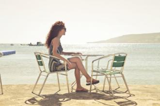 magazynkobiet.pl - beach chairs daylight 722021 330x220 - Eleganckie klapki damskie na lato – przegląd gorących modeli!
