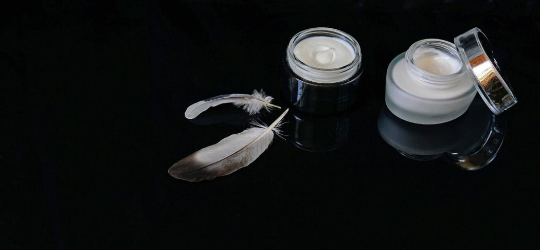 magazynkobiet.pl - cosmetics 2694764 1920 1050x486 - Dermokosmetyki czy zwykłe produkty drogeryjne - co jest lepsze do pielęgnacji twarzy?