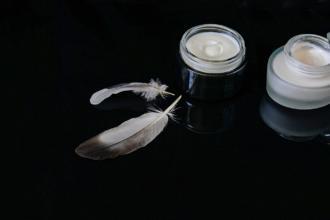 magazynkobiet.pl - cosmetics 2694764 1920 330x220 - Dermokosmetyki czy zwykłe produkty drogeryjne - co jest lepsze do pielęgnacji twarzy?