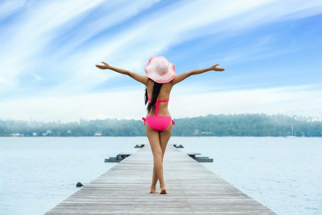 magazynkobiet.pl - kobieta w bikini 1050x701 - Jak dobrze wyglądać w bikini? Jakie dodatki dobrać do stroju kąpielowego?