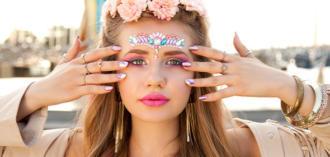 magazynkobiet.pl - nowy 330x157 - Kryształki na twarz – cudownie mieniący się dodatek do festiwalowej stylizacji!