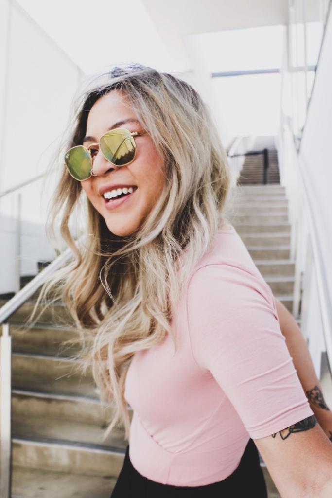 magazynkobiet.pl - obraz 5 683x1024 - Jak wybrać okulary przeciwsłoneczne, aby wyglądać modnie i nowocześnie?