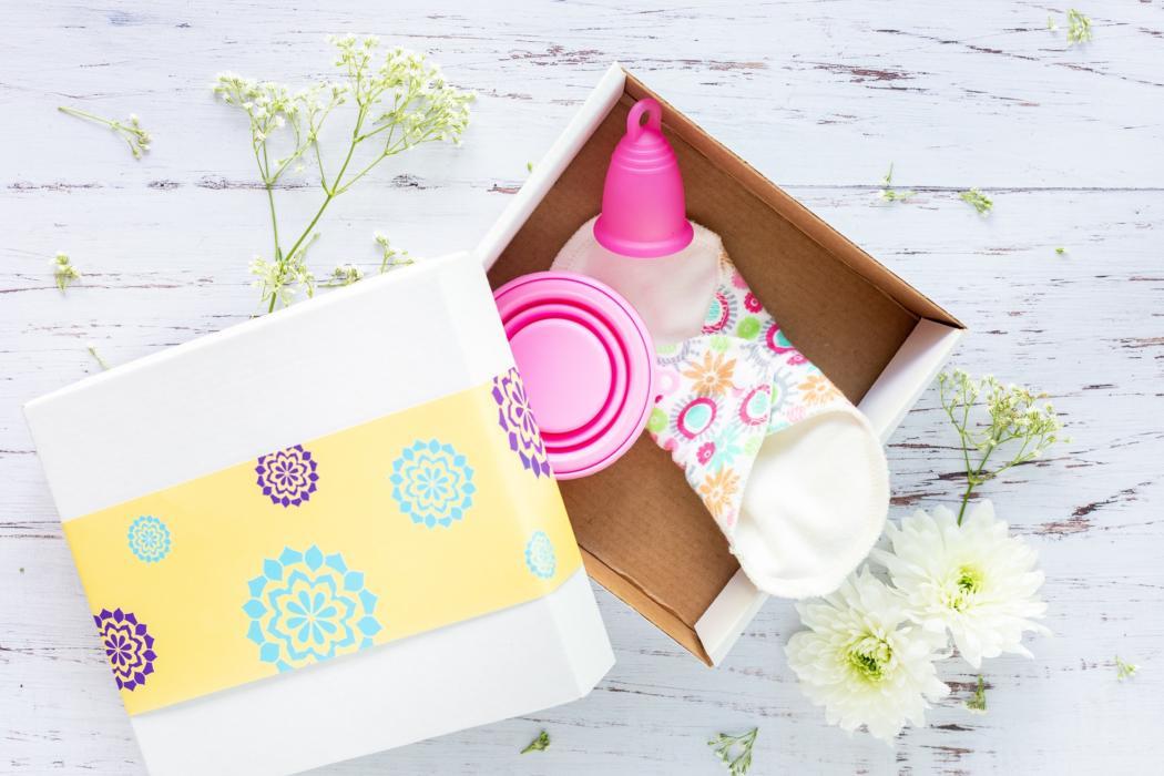 magazynkobiet.pl - 2493f71be87c74840b8dc93894841200 1 1050x700 - Kubeczek menstruacyjny - czy warto zastąpić nim inne produkty higieniczne?