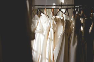 magazynkobiet.pl - 814ba68f3617565cb58e689f7c8bc170 330x220 - Trzy ponadczasowe kroje i modele sukienek, które musisz mieć w swojej garderobie!